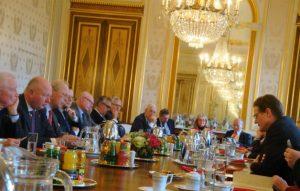 L'assemblée générale, avec, à gauche et au 1er plan : Le Président d'honneur, le Général Jean-Louis Brette, le Président, le Général Bertrand Louis Pflimlin, le Secrétaire général, le Général Olivier de Becdelièvre. A droite : l'Ambassadeur d'Allemagne, M. Meyer- Landrut.